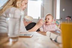 Fütterungsbaby der Mutter lizenzfreie stockbilder