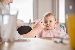 Fütterungsbaby der Mutter stockfotografie
