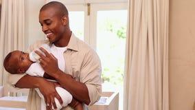 Fütterungsbabysohn des glücklichen Vaters stock footage
