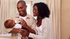 Fütterungsbabysohn des glücklichen Vaters mit Mutter stock video