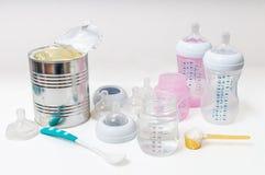 Fütterungsbabyzubehör - Flaschen, Nippel, Brustwarzen stockbilder