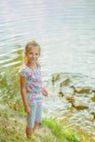 Fütterungsenten des kleinen Mädchens Stockfotografie