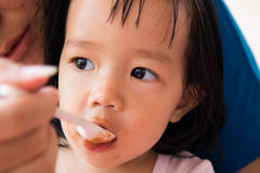 Fütterungsfrühstück der Mutter zum Mädchen Lizenzfreies Stockbild