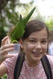 Fütterungspapageien des Mädchens Lizenzfreies Stockbild