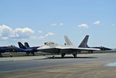 F22 αρπακτικό πτηνό και μπλε στρατιωτικά αεριωθούμενα αεροπλάνα Hornets Στοκ φωτογραφίες με δικαίωμα ελεύθερης χρήσης