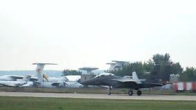 F-15 на взлётно-посадочная дорожка видеоматериал