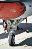 F-16与起落架的航空器细节 免版税库存照片