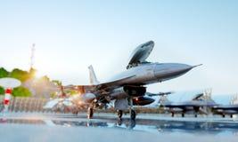 F-16军用喷气式歼击机 军事基地 日落 3d翻译 免版税库存照片