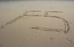 F5刷新在沙子的标志 免版税库存照片