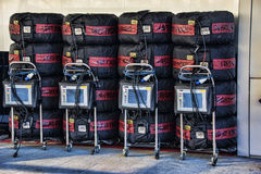 F1在毯子的轮胎在坑 免版税库存图片