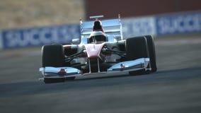 F1在沙漠电路-终点线的赛车 皇族释放例证