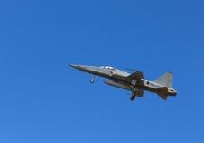 F5在蓝天背景的喷气式歼击机飞行 图库摄影