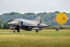 F-4幽灵喷气式歼击机飞机降伞着陆 免版税库存照片