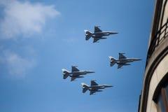F-16战斗机飞行车在比利时国庆节的军事游行期间 库存图片