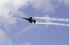 F-16烟盯梢Airshow 免版税库存图片