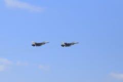 F-16猎鹰在蓝天的喷气式歼击机飞行 免版税库存图片