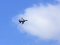 F-16猎鹰在蓝天的喷气式歼击机飞行 库存图片