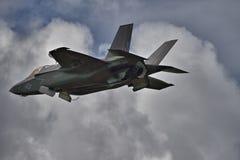F-35秘密行动战斗机在翱翔方式下 免版税库存图片