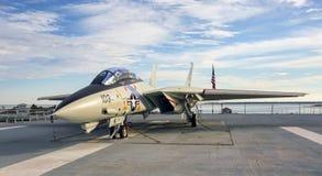 F-14雄猫在航空母舰甲板的喷气式歼击机 图库摄影