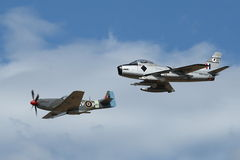 F-86马刀和P-51在形成的野马 免版税库存照片