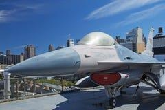 F-16 het Vechten Valk bij Museum Interpid Royalty-vrije Stock Fotografie