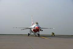 F-16 Thunderbird na pas startowy z mgły tłem fotografia royalty free