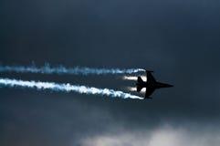 F-16 vechtersstraal. Silhouet Royalty-vrije Stock Foto's