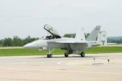 F-18 auf der Laufbahn Stockbild