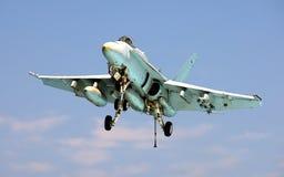 F-18 horzel die op Vliegdekschip landt Stock Fotografie