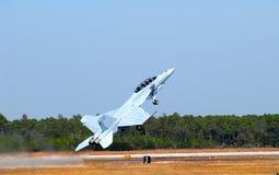 F-18 straal in een steile start stock afbeelding