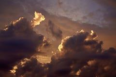 100f 2 8 28 301 ai照相机夜间f影片fujichrome nikon s夏天velvia 在日落的美丽的积云 库存照片