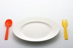 färgrik platta för matställegaffelkniv Arkivfoton