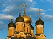färgrika kupoler guld- moscow Royaltyfri Bild