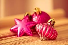 färgrika prydnadar för jul som skiner Arkivfoto