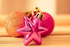färgrika prydnadar för jul som skiner Arkivbilder