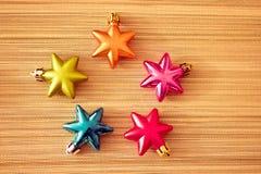 färgrika prydnadar för jul som skiner Royaltyfria Bilder