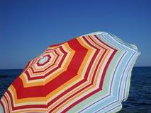färgrikt paraply för strand Fotografering för Bildbyråer