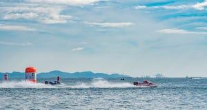 F5 boot met mooie hemel en overzees in Bangsaen-Machtsboot 2017 bij Bangsaen-strand in Thailand Stock Foto