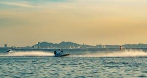 F5 boot met mooie hemel en overzees in Bangsaen-Machtsboot 2017 bij Bangsaen-strand in Thailand Stock Fotografie