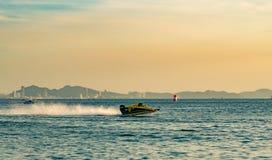 F3 boot met mooie hemel en overzees in Bangsaen-Machtsboot 2017 bij Bangsaen-strand in Thailand Stock Afbeelding