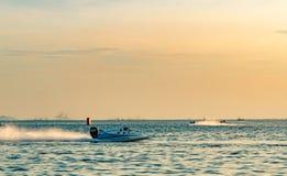 F1 boot met mooie hemel en overzees in Bangsaen-Machtsboot 2017 bij Bangsaen-strand in Thailand Royalty-vrije Stock Afbeelding
