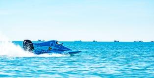 F3 boot met mooie hemel en overzees in Bangsaen-Machtsboot 2017 bij Bangsaen-strand in Thailand Stock Fotografie