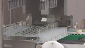 A f?brica farmac?utica do transporte produziu o empacotamento de empacotamento da medicina dos tubos de ensaio das seringas dos p vídeos de arquivo