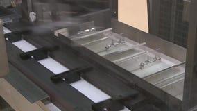 A f?brica farmac?utica do transporte produziu o empacotamento de empacotamento da medicina dos tubos de ensaio das seringas dos p video estoque