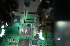 F?brica para a produ??o de microchip A máquina do CNC com agulhas solda o microchip ao cartão-matriz Novas tecnologias dentro imagem de stock
