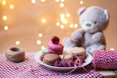 F?delsedag?verraskning: festlig frukost med franska traditionella makron och en nallebj?rn royaltyfri fotografi