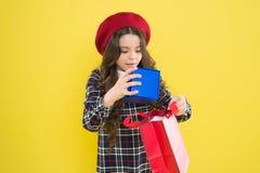 F?delsedagflicka E Flickan med shopping h?nger l?s r Shoppa och k?p arkivfoton