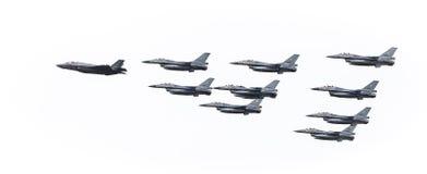 F35 in der Bildung mit F16s Lizenzfreie Stockfotos