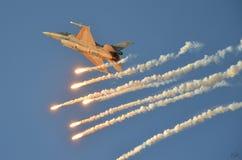 F16 di prestazione di dimostrazione sullo show aereo di Poznan fotografia stock libera da diritti