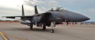 F-15E在跑道的罢工老鹰 库存图片